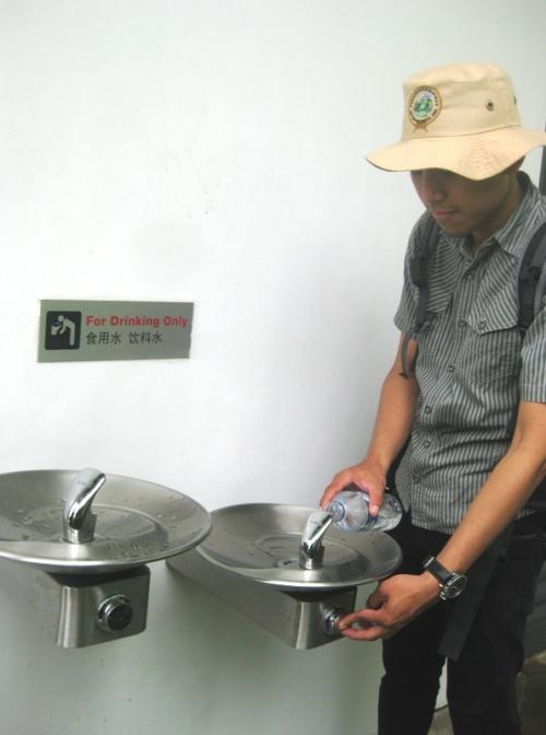 Air mineral botol di Singapore muahal. Bisa 3-4kali lipat harga Indonesia. Untungnya di tempat-tempat publik seperti di taman, masjid, dan kampus tersedia air minum gratis. Bawa botol ya dari Indonesia :D