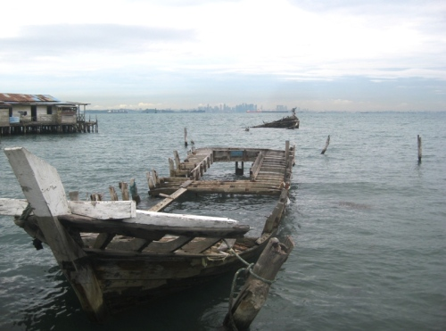 kapal karam dengan latar belakang singapura