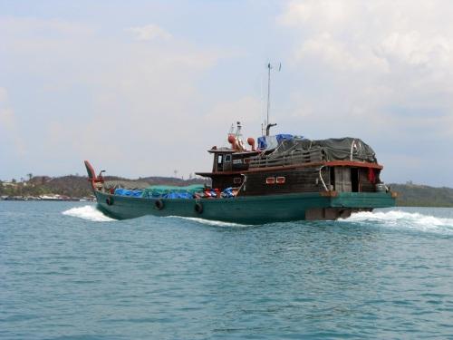 perahu kami utk memancing.................... bukan, ini kapal yang lewat.