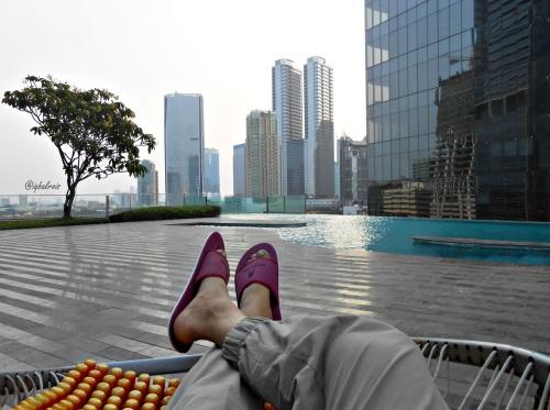 (sok) santai di swimming pool Manhattan Hotel